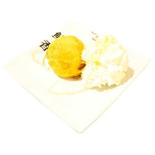 Helado frito con miel y nata