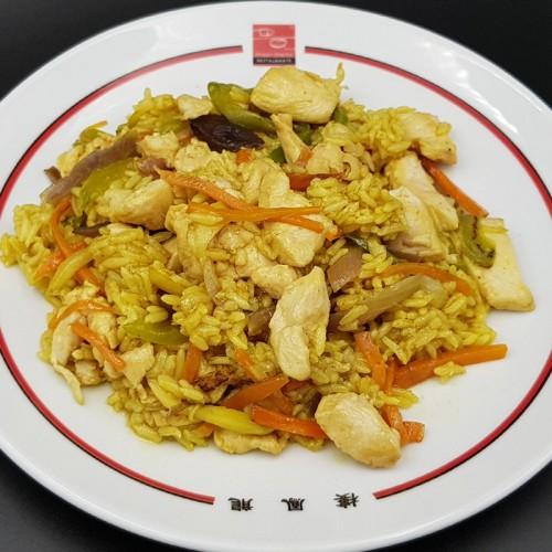 Arroz frito con pollo y salsa al curry