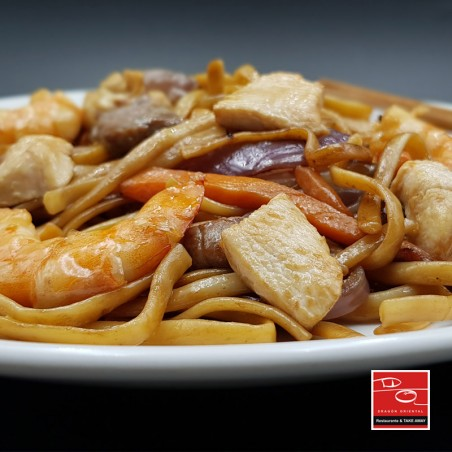 Tallarines fritos con tres delicias